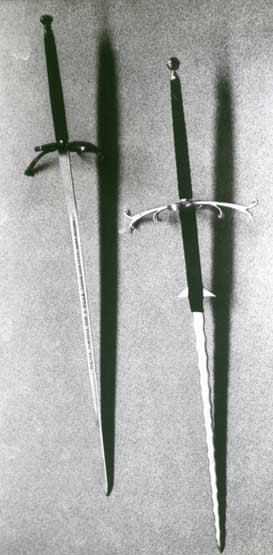 У их двуручных мечей иногда настолько длинная рукоять, что это уже не двуручное оружие, а четырёхручное.